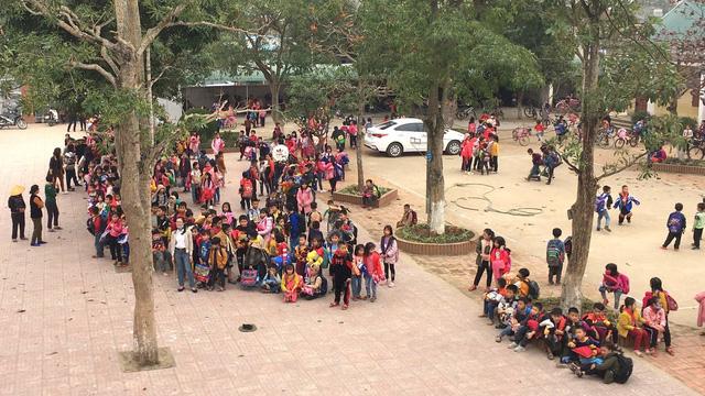 Trường học bốc cháy giữa trưa, cả trăm học sinh tiểu học ôm chăn gối chạy ra sân