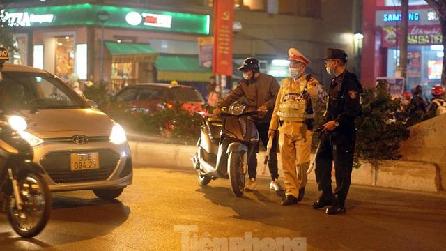 Vi phạm nồng độ cồn ở mức 'khủng', người đàn ông ngậm ngùi... bắt taxi về