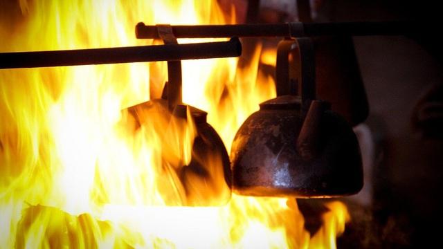 Tuyệt vọng vì căn lều giúp mình sinh tồn bị cháy, cảnh tượng nhìn thấy sáng hôm sau khiến người đàn ông sững sờ kinh ngạc