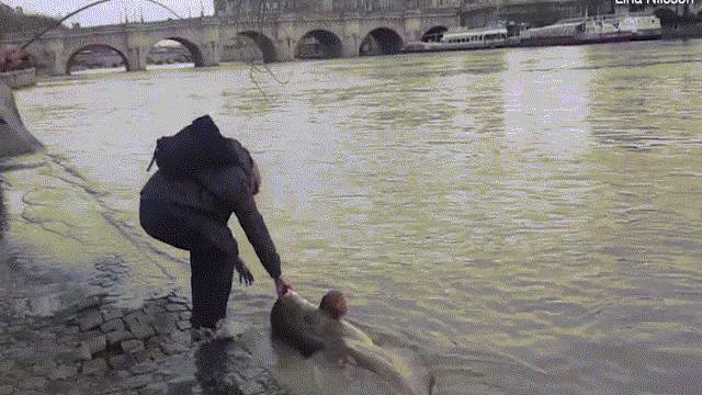 """Video: Bắt được """"quái vật hồ Loch Ness của sông Seine"""""""