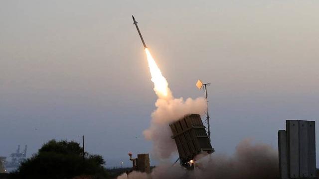 """Mỹ sẽ """"dàn trận"""" tên lửa Iron Dome khắp các căn cứ ở vùng Vịnh: Israel đã bật đèn xanh!"""