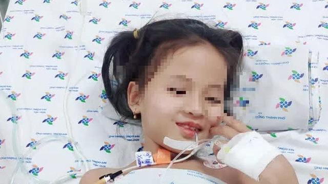 """Mắc căn """"bệnh lạ"""", bé 7 tuổi đột ngột không thể nói chuyện, liệt dần tứ chi"""