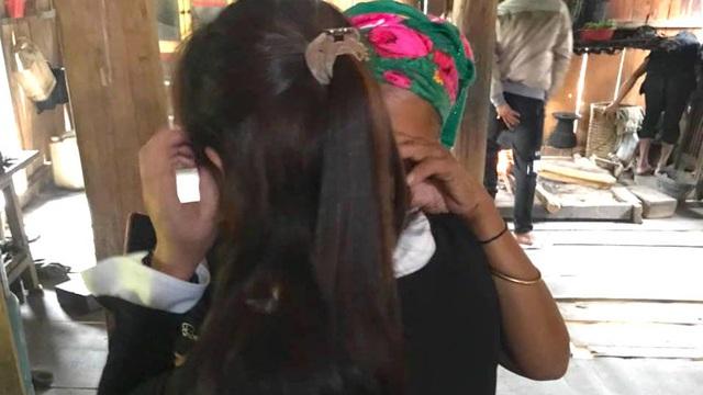 2 mẹ con ôm nhau khóc sau 10 năm xa cách vì bị bán sang nước ngoài làm vợ