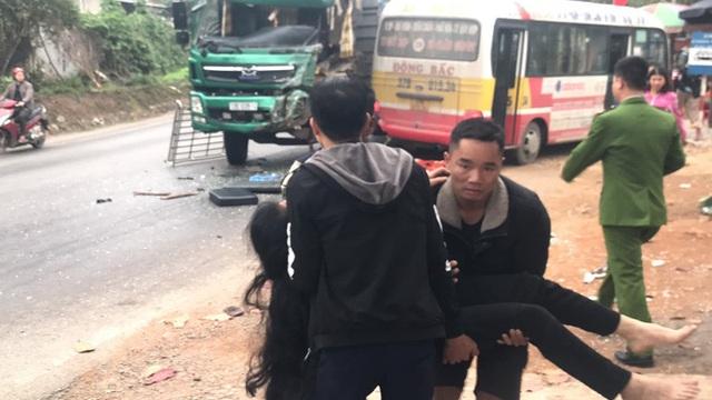 """Hơn 10 người bị thương khi xe buýt """"đấu đầu"""" xe tải"""