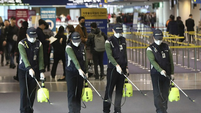 Nhân viên vệ sinh - người hùng thầm lặng trong cuộc chiến chống dịch COVID-19