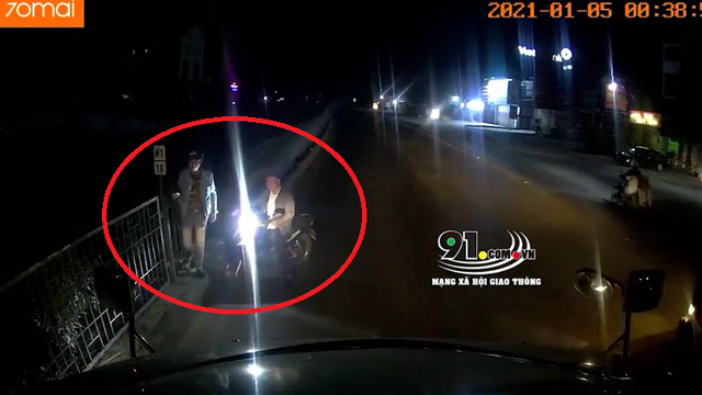 3 người đàn ông chặn đầu container khiến tài xế hoang mang, hành động sau đó còn bất ngờ hơn