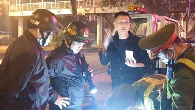 Không bằng lái, tài xế livestream khi bị Cảnh sát kiểm tra nồng độ cồn