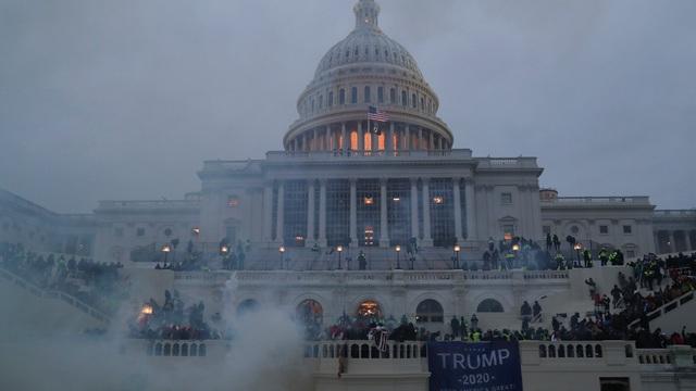 Khung cảnh hoang tàn tại Quốc hội Mỹ: 1 người bị bắn chết, cửa sổ vỡ toang, khói mù mịt Thượng viện