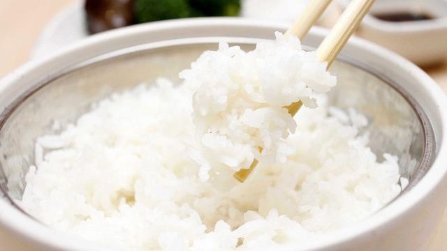 """Cơm tẻ hay cơm nếp bổ dưỡng hơn? Chuyên gia chỉ cách ăn cơm tránh xa bệnh của người """"khôn khéo"""""""