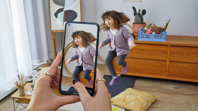"""Cận cảnh chiếc điện thoại có chế độ """"quay phim chuẩn điện ảnh"""" giá mềm"""