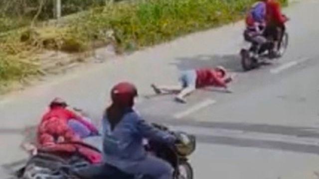 3 tên cướp nhí kéo lê thiếu nữ trên đường cướp túi xách có iPhone