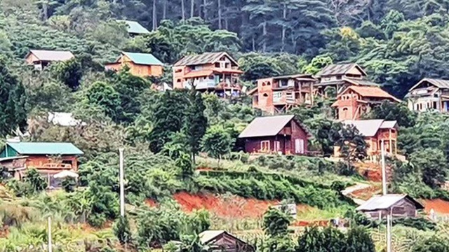 Tháo dỡ 12 căn nhà kiên cố tại ngôi làng 'mọc' chui trên đất rừng