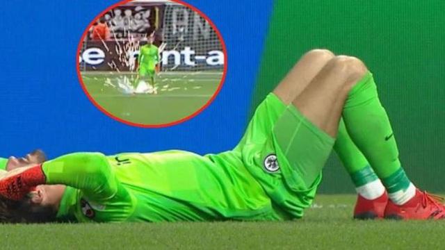 Thủ môn Đức bị ném pháo vào chân khi đang thi đấu trên sân