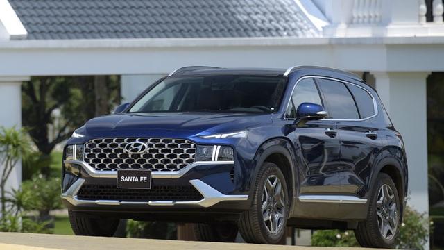 Hyundai SantaFe vừa 'đè bẹp' Toyota Fortuner - Vũ khí 'nặng ký' nào khiến đối thủ e dè?