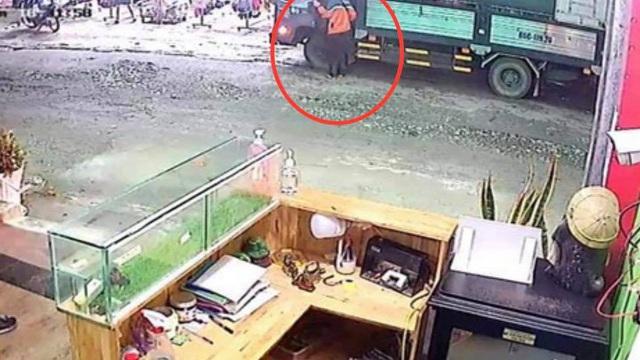 Quên khoá cửa xe khi đang giao hàng, nam tài xế bị kẻ trộm lấy đi hơn 300 triệu đồng