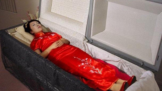 Chồng hôn người vợ đã khuất lần cuối trước khi hỏa táng, di thể bỗng có phản ứng khiến anh chồng hoảng hốt: Vợ tôi chưa chết!