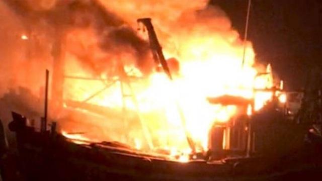 5 tàu cá chìm trong biển lửa, ngư dân lập tức nhảy xuống biển thoát thân