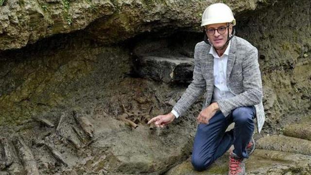 """Sự thật sốc về người đàn ông màu đỏ ở """"thành phố hóa đá"""" 2.000 tuổi"""
