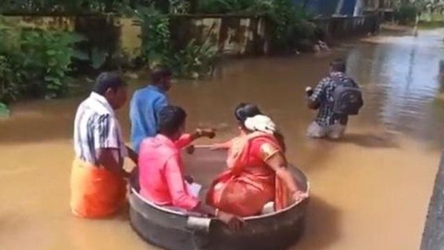 Cô dâu, chú rể... bơi nồi đến đám cưới ở Ấn Độ