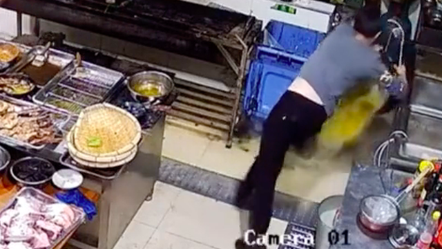 Nhân viên quán ăn gặp tai nạn suýt chết chỉ vì một thói quen cực tai hại, rất nhiều người Việt cũng từng mắc phải