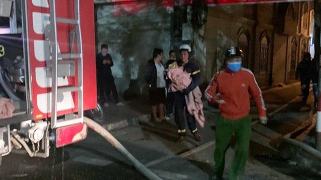 Giải cứu 5 người ở Hải Phòng thoát chết vụ hỏa hoạn lúc nửa đêm