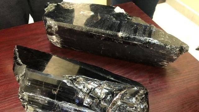 Tìm thấy 3 cục đá thâm sì như cột nhà cháy, thanh niên bỗng thành tỷ phú
