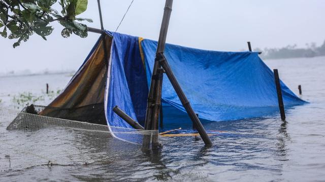 Cả ngôi làng bị lũ bủa vây tứ bề, có chỗ ngập gần 2 mét