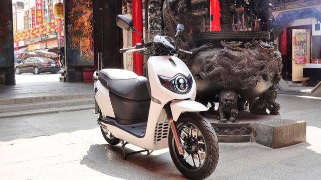 Xe máy điện đẹp lấn lướt Honda Vision ra mắt, giá 33 triệu, trang bị không kém tiểu SH