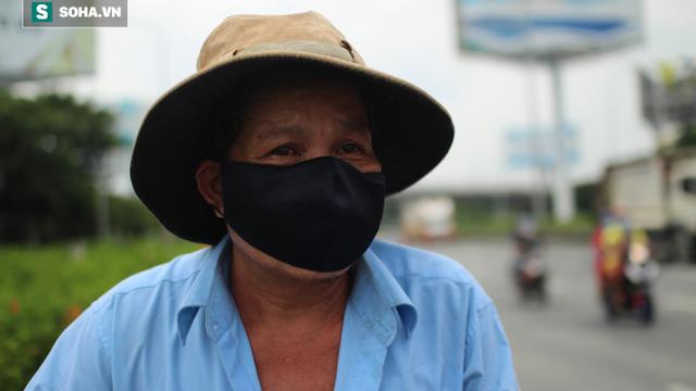 """Nước mắt của người dân từ TP.HCM đi bộ hàng trăm cây số về miền Tây: """"Chẳng còn nơi nào để ở lại"""""""