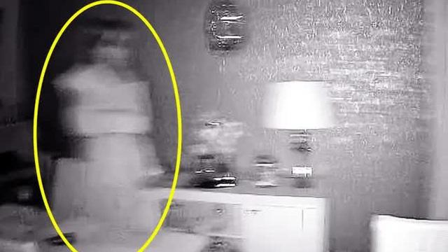 Cảm giác bị ai đó theo dõi, cặp đôi xem camera thì thất kinh khi thấy bóng ma lởn vởn trong phòng khách lúc nửa đêm