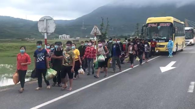 Huy động xe khách chở 400 người đi bộ từ các tỉnh phía Nam về quê