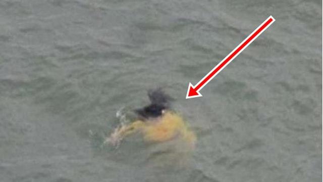 Nhảy xuống sông cứu cô gái, ông lão nhặt ve chai bất ngờ bỏ mặc nạn nhân và quay đầu bơi vào bờ