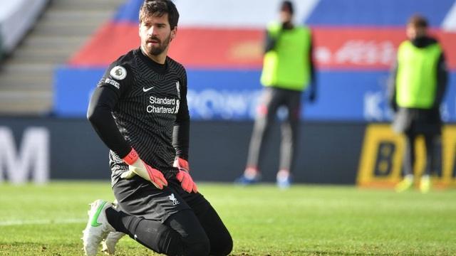 """Thảm bại vì """"tự bắn vào chân"""", Liverpool đầu hàng trong cuộc đua vô địch với thành Manchester"""