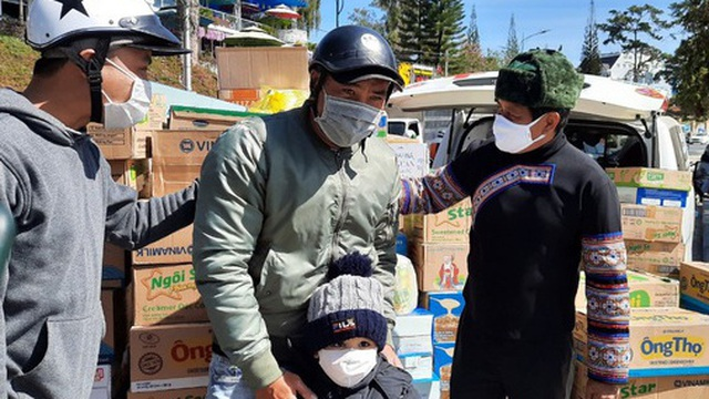 Người dân Đà Lạt ùn ùn ủng hộ sữa để ông Đoàn Ngọc Hải làm từ thiện