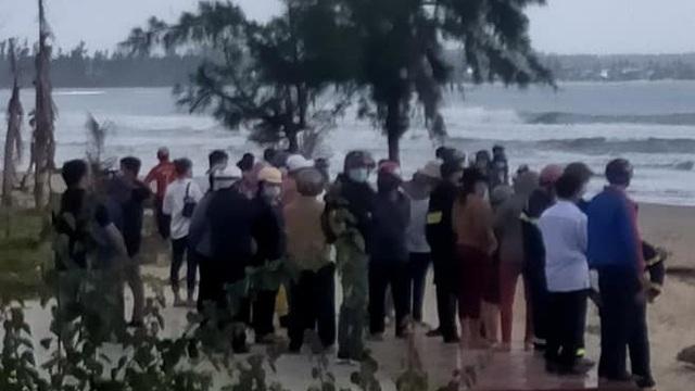 Tắm biển Mỹ Khê, 1 học sinh mất tích, nhân viên nhà hàng chạy ra cứu cũng bị đuối nước
