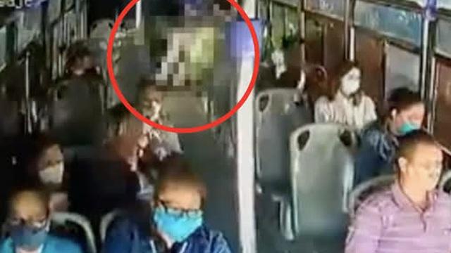 Cô gái bất ngờ bị bạn trai cũ đâm dao liên tiếp 30 lần trên xe buýt, hành động không ngờ của rất nhiều hành khách còn lại gây tranh cãi kịch liệt