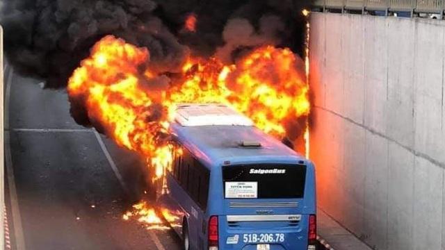 TP.HM: Xe buýt đang đi ở hầm An Sương thì bốc cháy dữ dội, tài xế hoảng loạn tháo chạy