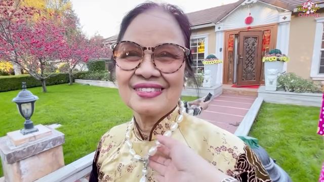 Hé lộ nhà Bằng Kiều ở Mỹ, mẹ ruột đeo chuỗi ngọc 1 tỷ, nói về tình trạng con trai bị hủy show