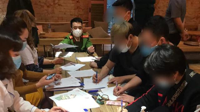 Phạt 60 triệu đồng với 30 khách ngồi quán cà phê giữa dịch Covid-19 ở Hà Nội