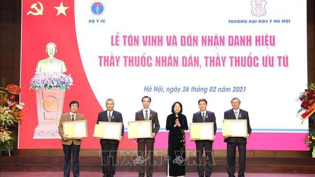 Trao tặng danh hiệu Thầy thuốc Nhân dân cho 5 bác sĩ ĐH Y Hà Nội