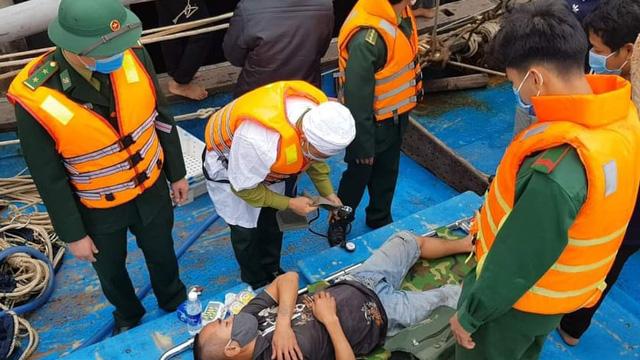 Tàu cá bốc cháy dữ dội, 8 thuyền viên vội nhảy xuống biển thoát thân