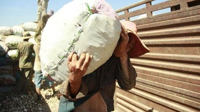 Hò nhau đi cướp hàng hóa từ chiếc xe tải đi qua thôn, cả làng suýt chết tập thể vì chính thứ họ vừa cướp về