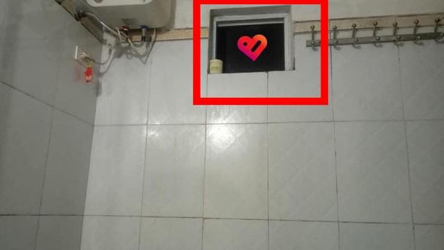 Đang tắm ở nhà bác, cô gái thấy chiếc điện thoại chĩa vào cửa sổ, bị lục lọi ba lô rồi vu trộm cắp