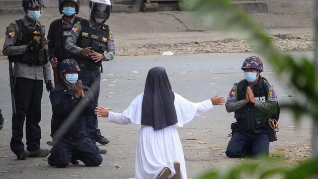 24h qua ảnh: Nữ tu sĩ Myanmar cầu xin cảnh sát đừng làm hại người biểu tình