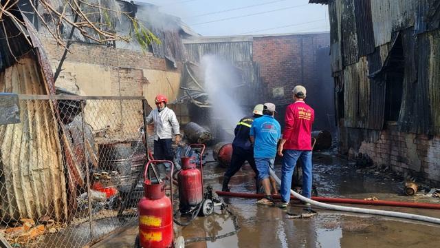 Cháy khủng khiếp tại kho nhớt ở Sài Gòn, dãy nhà trọ bị thiêu rụi, 1 người bị thương,