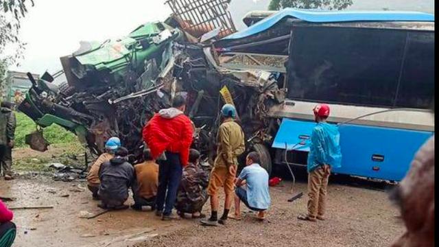Xác định danh tính 3 người tử vong trong vụ tai nạn nghiêm trọng giữa xe khách và xe tải ở Hoà Bình