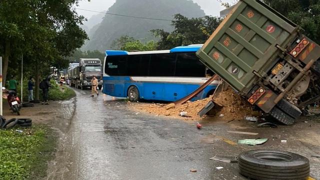 Xác định tốc độ di chuyển của xe tải trước khi xảy ra tai nạn với xe khách khiến 3 người tử vong