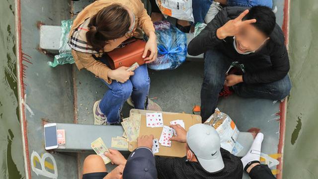 Xử lý tình trạng du khách đánh bài ăn tiền trên thuyền khi đi lễ chùa Hương