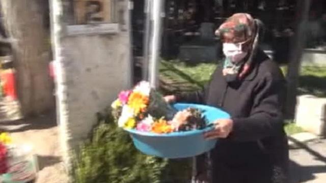 """Cặm cụi bán hoa ở nghĩa trang kiếm tiền ăn học cho con, mẹ """"chết lặng"""" trước sự thực cay đắng"""