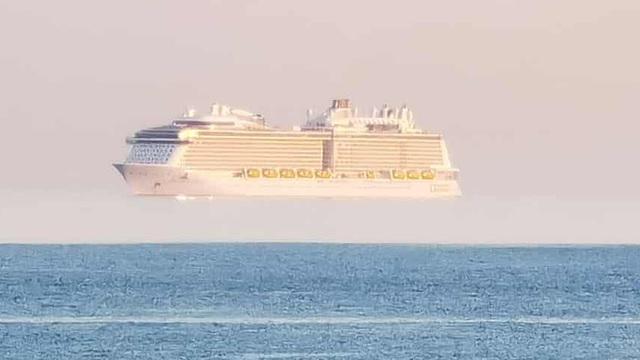 """Tiếp tục xuất hiện một """"con tàu ma"""" nhô cao khỏi mặt biển, lần này màu trắng toát"""